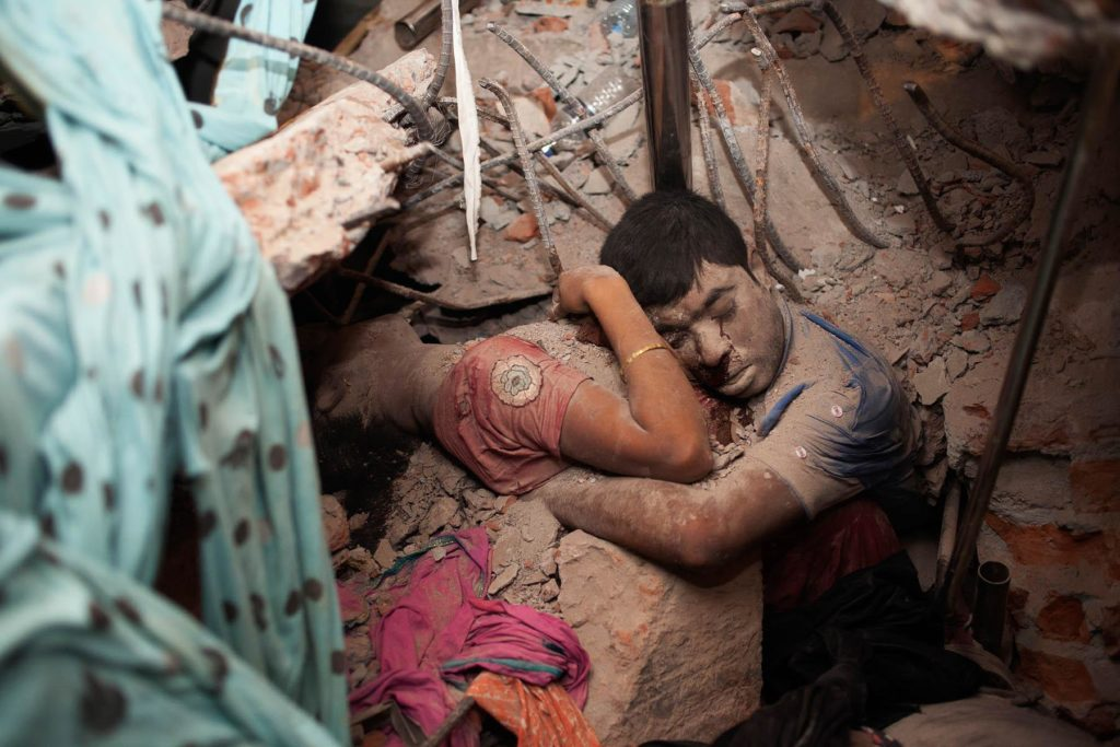 renouvellement-accord-bangladesh-resultats-de-recherche-effondrement-rana-plaza-Final Embrace: L'effondrement de l'usine de vêtement du Rana Plaza au Bangladesh. PHOTO TASLIMA AKHTER
