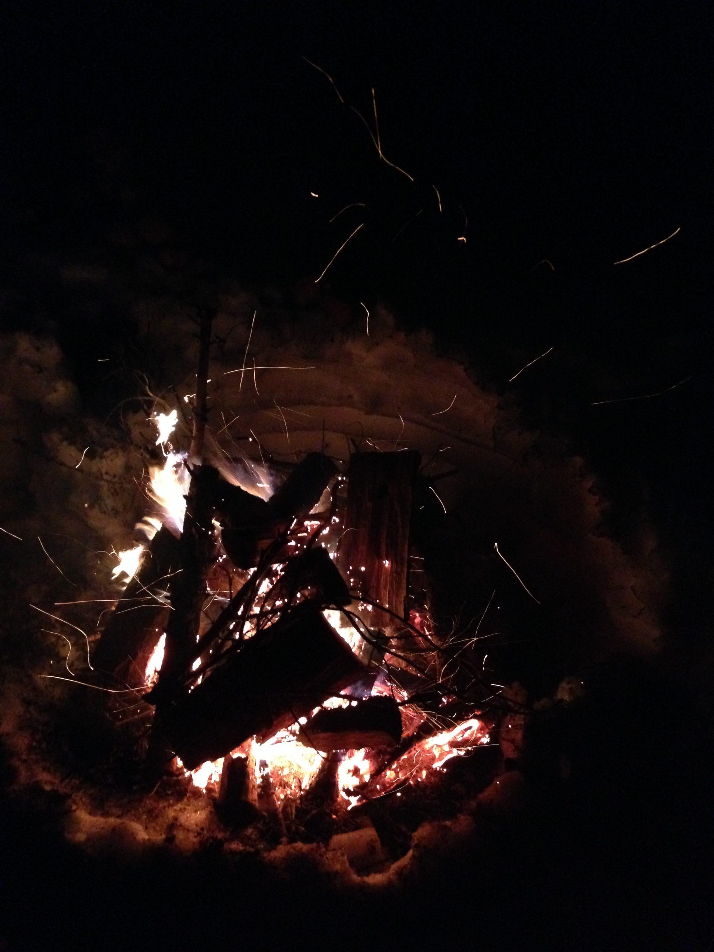 check-list-indispensables-partir-en-camping-hiver-conseils-quebec-feu-de-camp-neige
