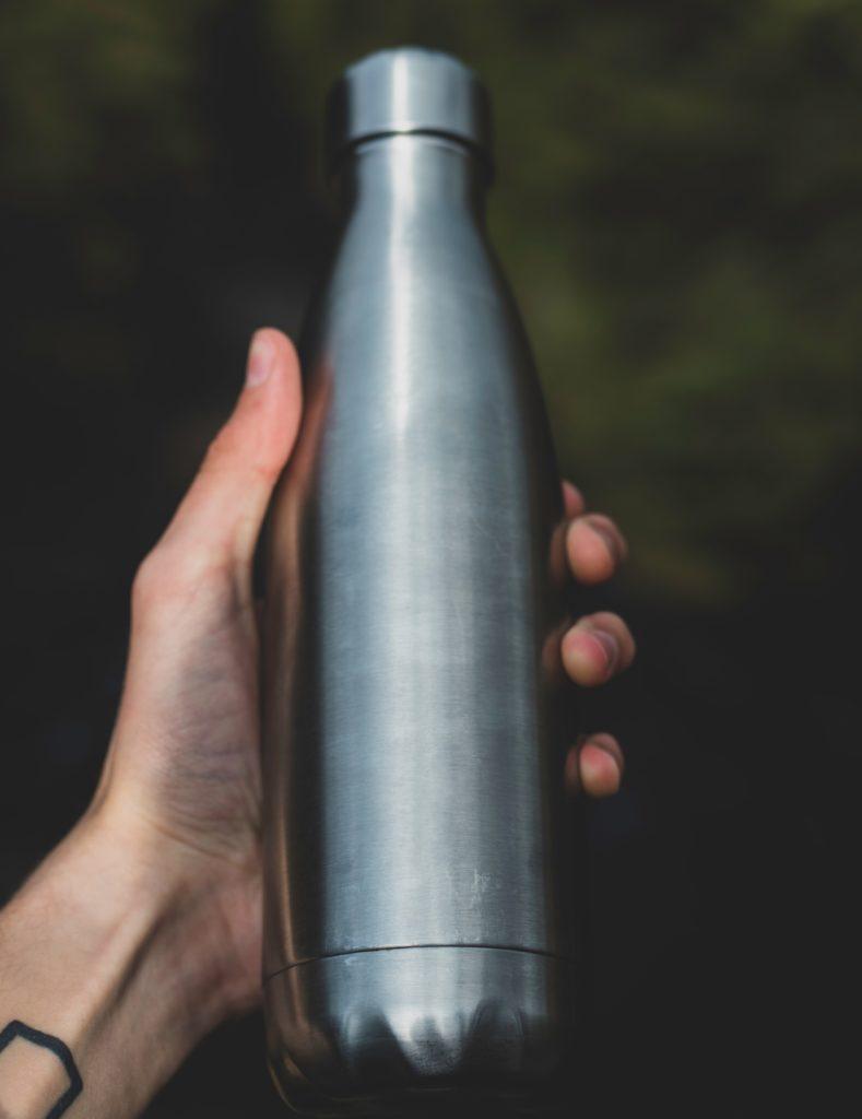 bouteille-eau-gourde-reutilisable-8-idees-pour-un-pique-nique-sans-dechets-sans-plastique-1